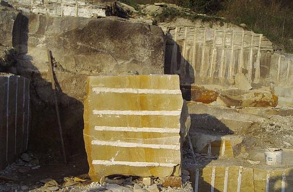 Купити Плити мощення - Камінь бут жовто-білий з розлученнями, Блоки з ямпольского піщанику для мощення доріжок і майданчиків, бутовий камінь для ландшафтного дизайну