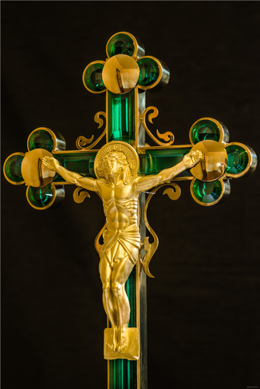 Crosses with plated with Titanium Nitride and facetirovannymi stained-glass elements