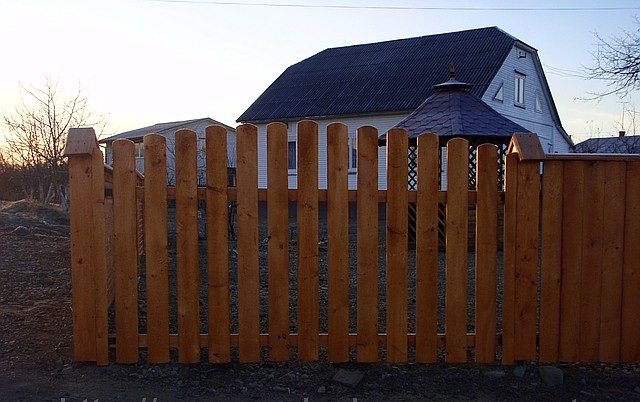 Заборы для дачи из блок-хауса