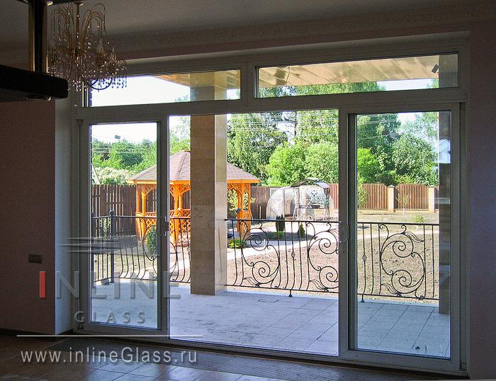 входная дверь для дома с белыми окнами в сад