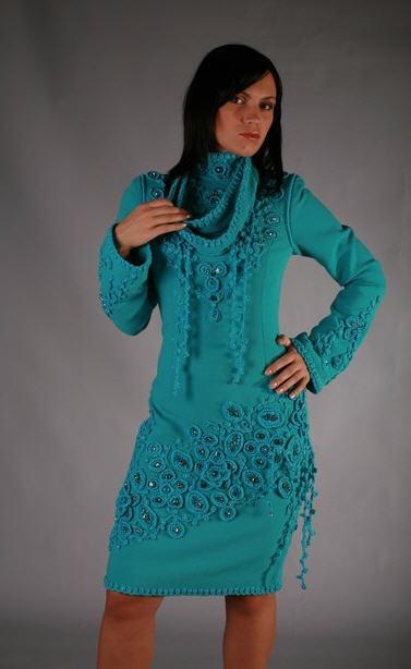 01ee1573a7a Вязаное платье украшено кристаллами «Сваровски» и кружевом ручной работы.