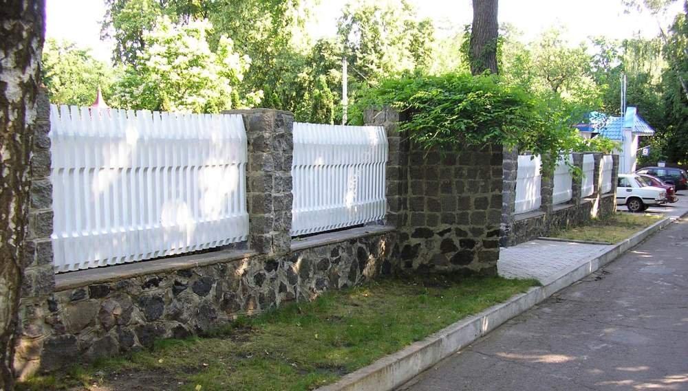 Заборы комбинированные, декоративный деревянный забор