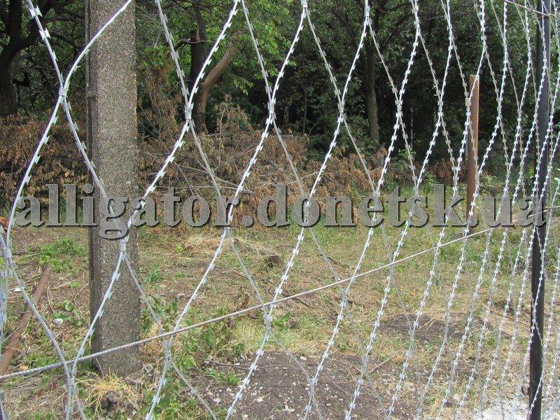 Ограждения сеточные, колючая сетка Пиранья, забор из колючей проволоки