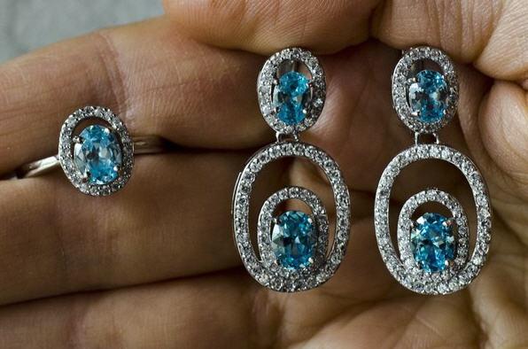 c46e96335910 Купить Набор кольцо и серьги родированные. Вставки  белый камень - фианит,  голубой камень
