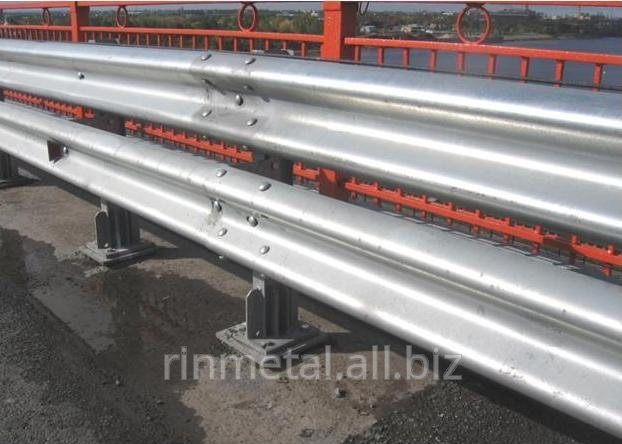 Metallic travelling protections of barrier type