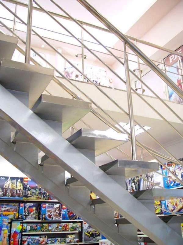 Лестница из нержавеющего металла.