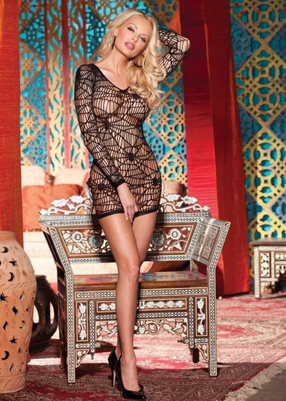 Короткое платье с длинными рукавами.
