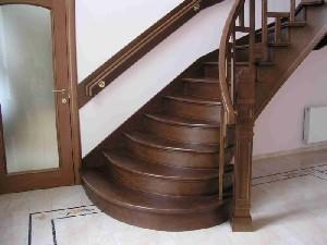 Деревянная лестница на больцах