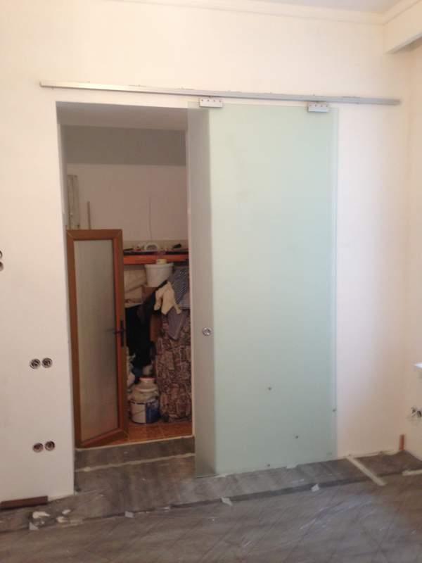 Раздвижная дверь из матового стекла