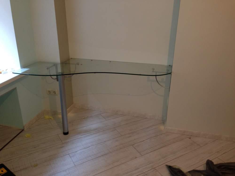 Пристенный стеклянный стол