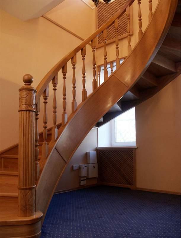 Лестница на 2 этаж в частном доСнеговик