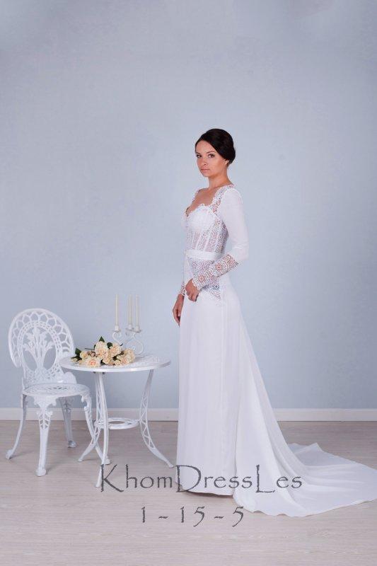 Белое прямое платье с длинным рукавом
