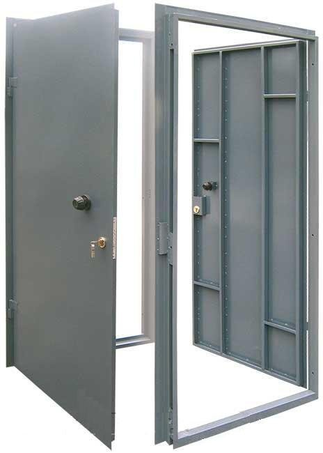 простая техническая железная дверь