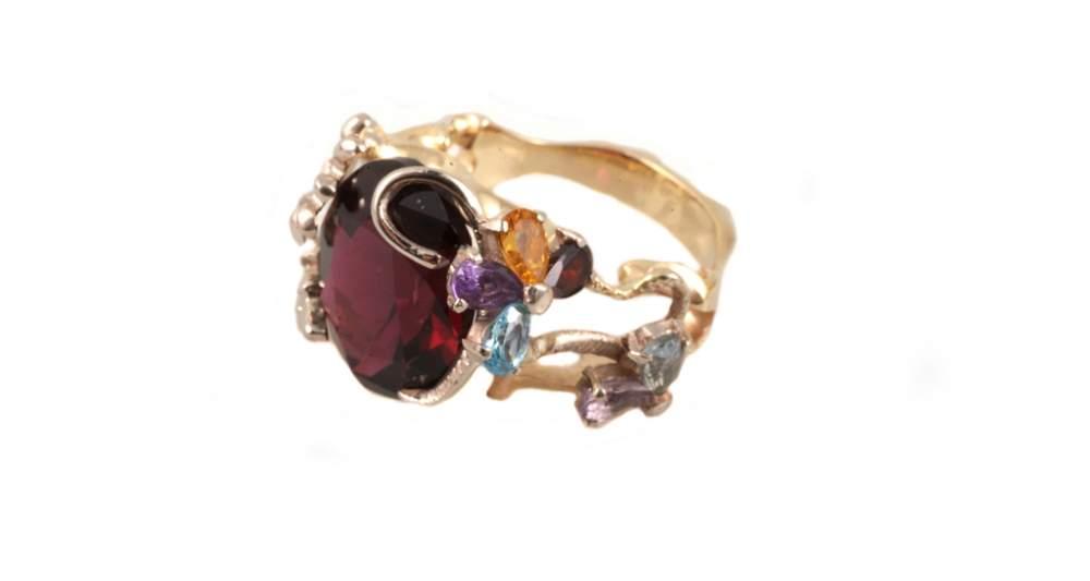 Золотое кольцо бордовый перстень