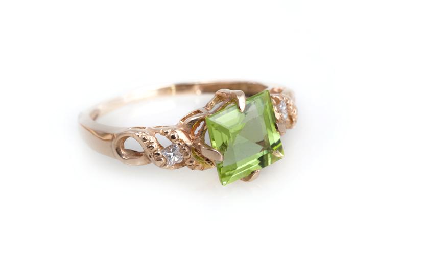 Золотое кольцо с хризолитом, Артикул: К123