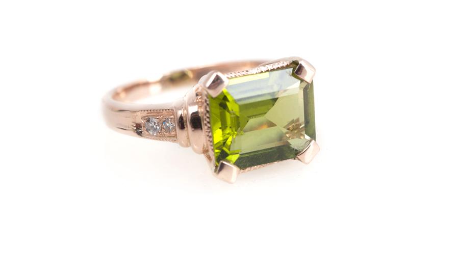 Золотое кольцо с хризолитом и бриллиантами, Артикул: К180