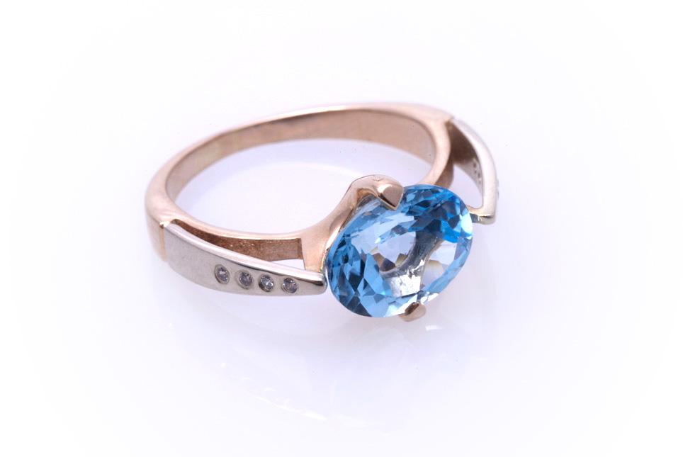 Кольцо золотое с голубым топазом Артикул: К045