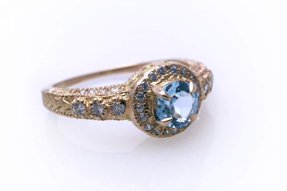 Кольцо золотое с голубым топазом Артикул: К044