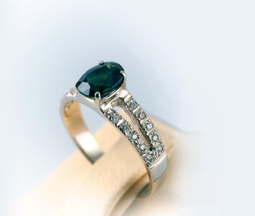 Кольцо золотое с сапфиром и бриллиантами Артикул: К086