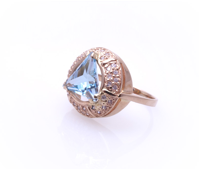 Кольцо золотое с топазом Артикул: К042