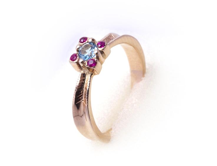 Кольцо золотое с топазом и рубинами Артикул: К044