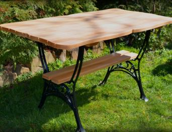 Стол из натурального дерева садовый