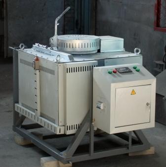 Giro de cadinho forno elétrico CMT-0, 01/12,5 na temperatura do forno 1250 sistema operacional para cobre e suas ligas derretendo. Ispolzuitsja grafitokeramicheskie cadinhos, equipados com sistema de controle automático da temperatura