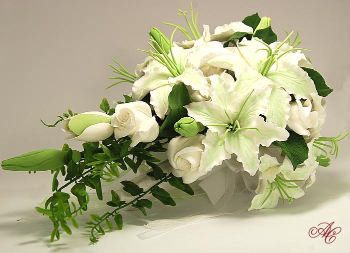 Букет невесты из белых роз и лилий