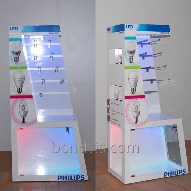 Försäljningsställ med krokar för glödlampor