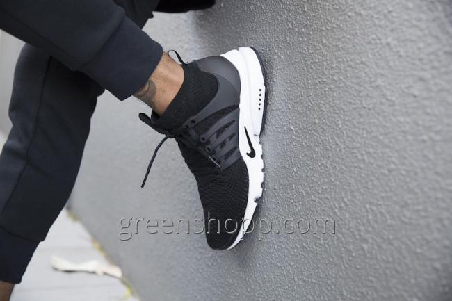 Other part of model remains invariable, with a high vorotnichkovy  anklebone, laces and a sculptural sole for Air Presto.