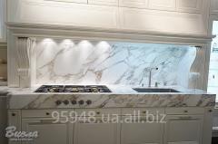 Роскошная кухня с каменными столешницами на заказ