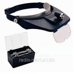 Binocular magnifying glass with illumination of