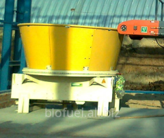 Grinder of rolled and baled straw (in to - those
