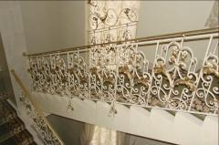 Лестница с коваными перилами и ограждениями в доме