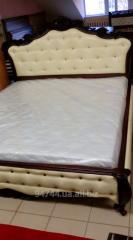 Кровать из натурального дерева.
