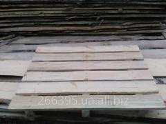 Holzpalette für die Pflastersteine