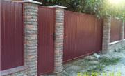 Забор из профнастила RAL 3005 со столбиками из