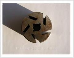 Flywheel under blades for the pump Omnigena