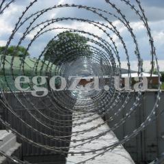 Заграждение колюче-проволочное Концертина 500/3, спиральный барьер СББ Концертина, ограждение из колючей проволоки Концертина