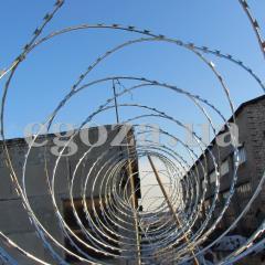 Колючая проволока Бруно, СББ Егоза Стандарт 500/3, спиральный барьер безопасности Егоза диаметром 500 мм на трех скобах