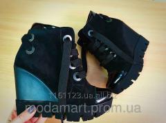 Женские ботиночки  черного цвета на платформе.