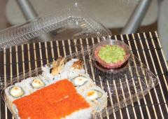 Упаковка для суши с герметической соусницей.