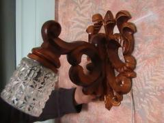 Бра ручной работы из дерева с резьбой.