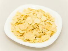 The garlic crushed 2х4 mm dried