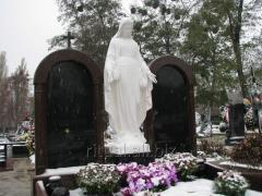Скульптура Божьей Матери на кладбище
