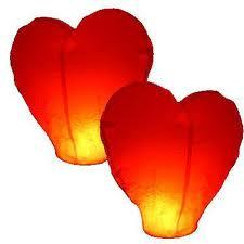 Летающие фонарики в форме сердца.