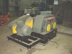 Press equipment for briquetting of coal slurry.