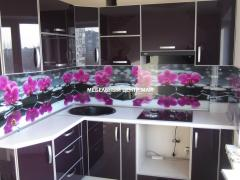 Kitchen to order with glossy facades in