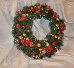 Венок еловый рождественский. Красный с золотым, диаметр 50 см.