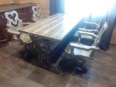 Деревянный стол и стулья